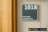 Oznakowanie wewnętrzne pomieszczeń Uniwersytet w Białymstoku - ABA Plus